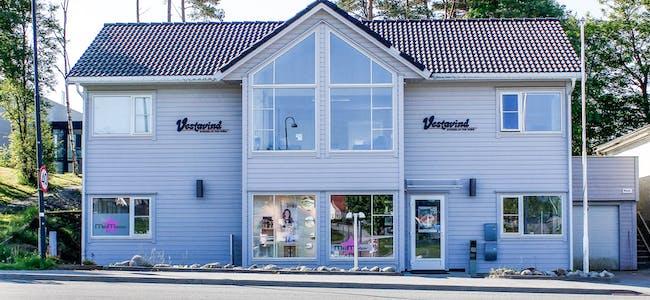 Vestavind-kontoret i 2. etasje i Sveiogata 72, er førebels koronastengt. Dei tilsette produserer avis på papir og nett frå heimekontor.