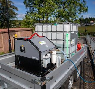 Pakkeløysing: Utstyret Sveio har kjøpt, er plassert på ein tilhengar. Det består av ein 1.000 liter vasstank, ein dieseldriven varmar,  eit aggregat og slangar med munnstykke.