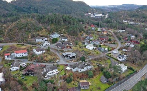 Hjartåsen i Førde, Hanaleite i bakgrunnen. Dronefoto, desember 2020.