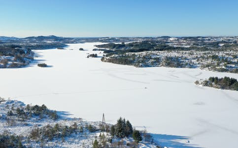 Isfiske på Vigdarvatnet. Geitøya er til høgre, her kan det sjå ut til at isen er mindre trygg på grunn av elve/bekkeløp i Torvhusvika og Melkevik.