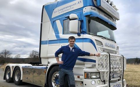 Håvard Valen Lie (23) med ein av Lie Langtransport AS sine bilar, ein Scania R 620 manuellgirt tandem trekkvogn 2014 modell. Då Håvard tok førarkort klasse 2 som 21-åring, hadde han ikkje lærekjørt i det heile, men køyrd litt tippbil innimellom med svigerfar sin Geir Øystein Nevland, som også er ein god medhjelpar i transportfirmaet.