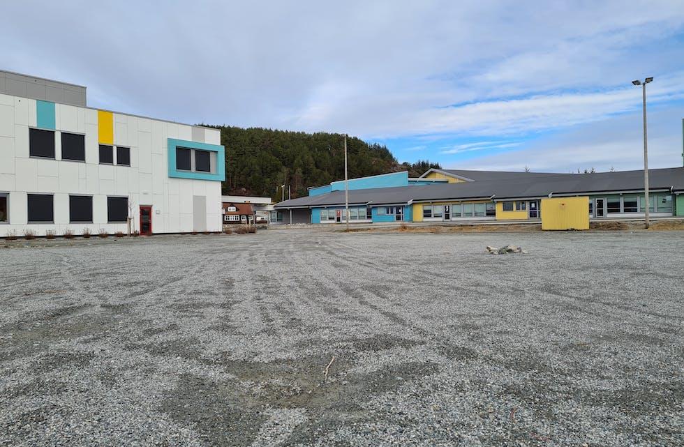 Del av administrasjonsbygget til Sveio skule og Vigdartun.