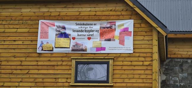 «Småskulene er viktige for levande bygder og barna våre!» står det på banneret på ein gardsbygning nær Auklandshamn skule. Illustrasjonsfoto.