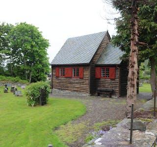 Valen kapell frå 1707 har vore flytta fleire gonger, også brukt som skulestove, før kapellet blei rive og bygd opp og vigsla på nytt i 1949. For meir enn 150 år blei sju born gravlagt her på same dag.