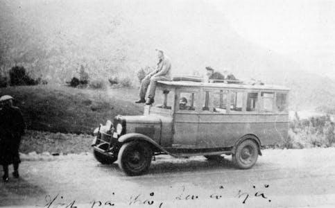 Losje Husafjell på tur (sommaren 1938?) med bilen til A. B. Haugland. Bilen vart og brukt til varebil og stutarute. Gustav Vihovde står til venstre, medan Theodor Fagerland sit på taket.