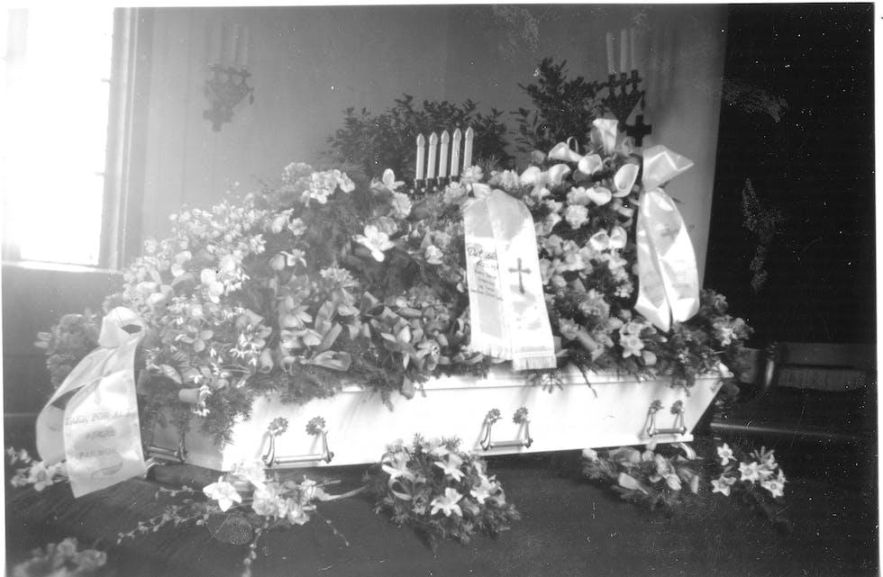 Gravferd på Kvalvåg. Det er truleg kista til Anna Olsdatter Bøe f. 1886 (bestemor til Olav Bøe) som her er fotografert i kyrkja.
