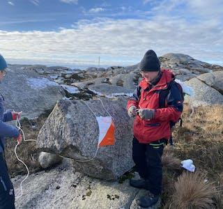 Varierte terreng-typar kan opplevast under årets tur-o-sesong. Her er Olaug Fagerland og Karl Inge Instefjord i ferd med å få på plass årets tur-o-postar i Ryvarden-marka.