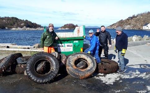Ryddeaksjonen som gjekk ut på å henta opp bildekk frå sjøen ved den gamle ferjekaien i Buavåg laurdag, gav resultat.