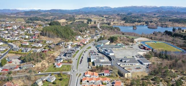 Dronefoto sveio sentrum vigdarvatnet sveioåsen bjelland