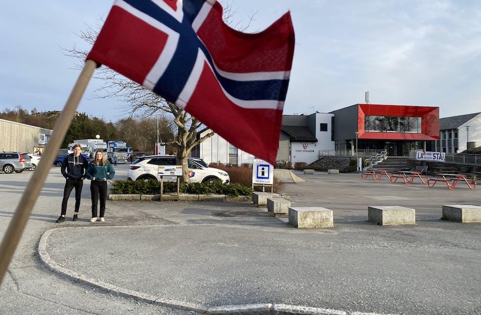 Bilkortesja passerer Sveio sentrum, kommunehuset i bakgrunnen. Christian Naustvik Økland og Tuva Naustvik Økland ser på.