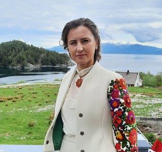 Viktoriia Beshyr flytta til Noreg for snart to år sidan, ho stortrivst på Tittelsnes med familien. Bildet er tatt på 17. mai, antrekket er laga av ein ukrainsk designar.