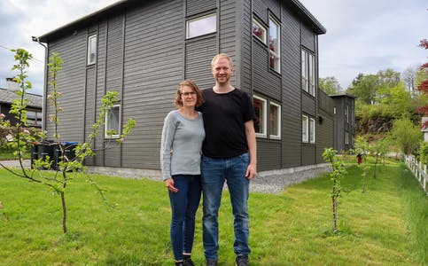 Eirin Klepmo Mellemstrand og Arild Mellemstrand trivst godt med nytt hus og hage i Førde.
