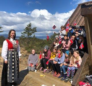 Like før 17. mai møtte 6. og 7. klasse ved Auklandshamn skule ordførar Linn Therese Erve på Nipaståvo med flagg, song og god 17.mai-stemning. Dei var inviterte av TV Haugaland, som laga 17. mai-sendingar fra heile Haugalandet.