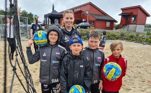 Simon Stalsberg Aase, Markus F. Knutsen, Bjørn Tore Larsen og Herman Salte-Enoksen har hatt det gøy på sandvolleyballskule. Sunniva Rossebø har vore ein av aktivitetsleiarane.