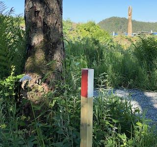 Postane i Sommar-t-o-uren er markerte med stolpar som er mala raude og kvite i toppen.