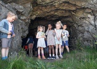 Viljar Møller Fosstveit t.v., Astrid Marlen Liknes, Roda Mahamed, Hannah H. Askvig og Brage Miljeteig utforskar ein bunkers i nærmiljøet.