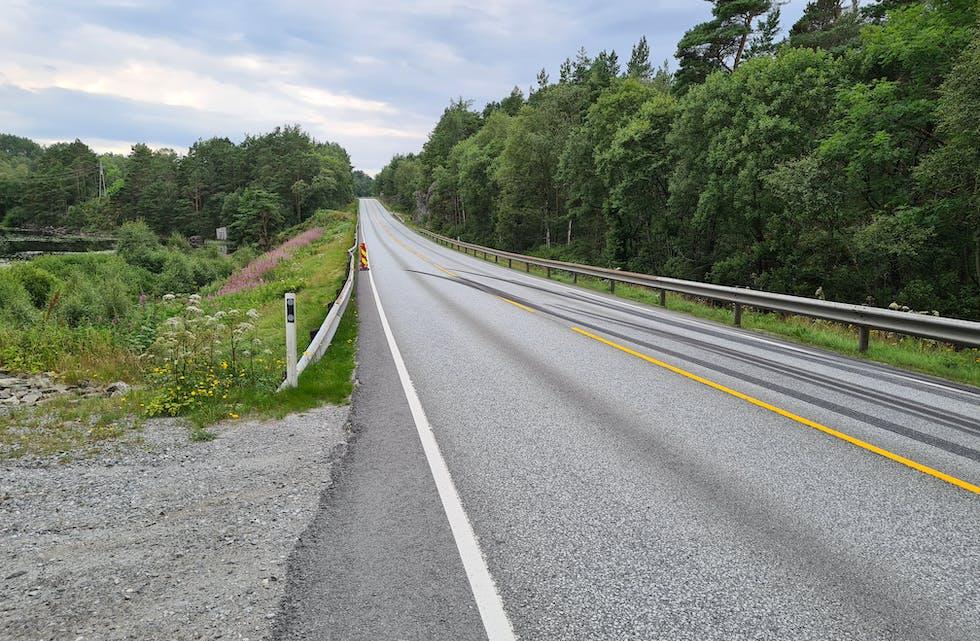 Tydelege bremsespor mellom Drange og Hanaleite på E39 etter ulukka tysdag 20. juli.