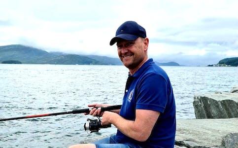 Ronny Valdersnes blir rektor på Vikse skule. Her som storfiskar i feriemodus.