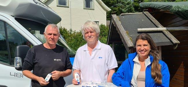 Bedriftseigar Thor Kinn (t.v.) fekk lufta sine erfaringar med å planleggja ladestasjon for elbil med Lars Einar Hollund (Sveio Høgre) og Liv Kari Eskeland (stortingsrepresentant for Høgre, på val).