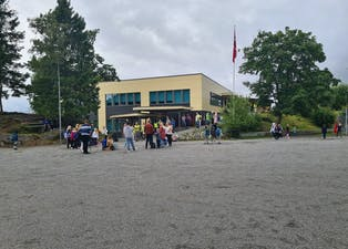 Første skuledag: På Førde skule er det vel 90 elevar i år. To nye elevar begynte på mellomtrinnet.