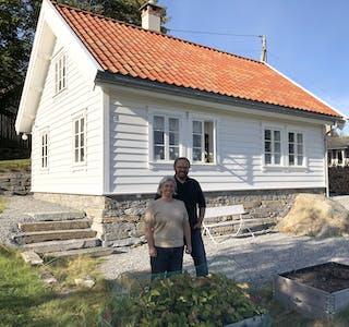 Stolte huseigarar, Tove Austreim Jacobsen og Bernt Hilmar Jacobsen, framfor«Gamlahuset» sitt i Sveio sentrum. Huset stod til nedfall, men framstår nå flottare enn nokon gong.