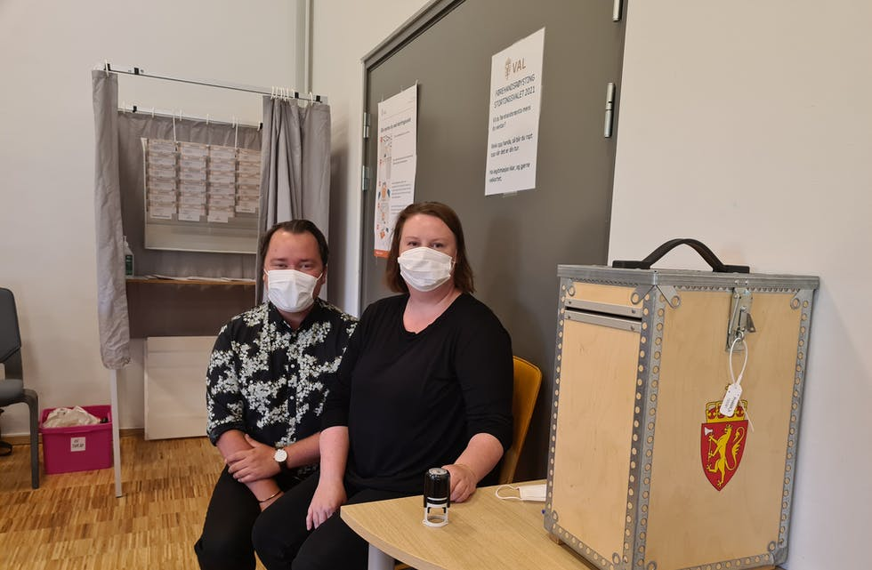På same tid som ein fekk vaksinasjon mot covid-19, kunne ein nytta høvet til å røysta på same tid. Bjarte Stølås Storli og Viktoria Rush Lien frå Sveio kommune såg til at det gjekk rett føre seg på Soknehuset i slutten av august.