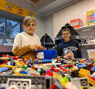 Robin André Westergaard Bøe og Ken Arthur Gramshaug synest det er veldig kjekt å vera med i Sveio legoklubb.