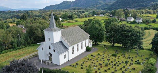 Dronefoto tatt frå Ulveraker, 11.08.2021. Valestrand kyrkje.
