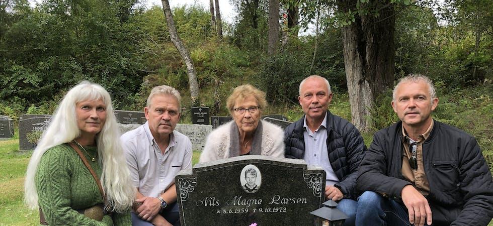 Minnast storebroren og eldste sonen: For første gong sidan gravferda i 1972, er alle søskena og mor samla på grava til Nils Magne. Frå venstre Henny Karin Drange, Rune Larsen, Karen Larsen, Harald Emil Larsen og Olav Larsen.