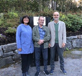 Ekteparet Inger Johanne og Sigmund Skard har utført si borgarplikt, medan Jostein Valen (i midten) er på veg inn i vallokalet for å gje si stemme.