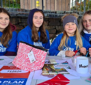 Maria Lovise Fykse, Elisabeth Fykse, Johanna Osa Erve og Malin Støle selde lodd til inntekt for TV-aksjonen, som i år har tema «Barn ikke brud». Premiane var gitt av lokalt næringsliv.