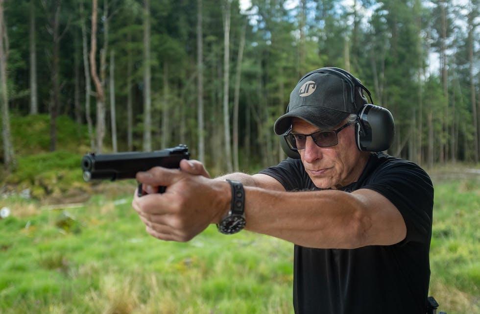 Flemming Pedersen har vore på det norske landslaget i 20 år og konkurrerar innan dynamisk pistolskyting. Her under øving på skytebana heime i Førde.