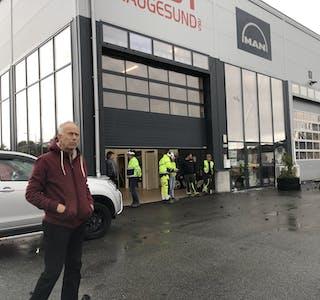 Jon Kristian Simonsen fortel han sat i bilen sin då den plutseleg byrja å rista. Han såg ei sky av stein som kom mot Last Haugesund sitt bygg.