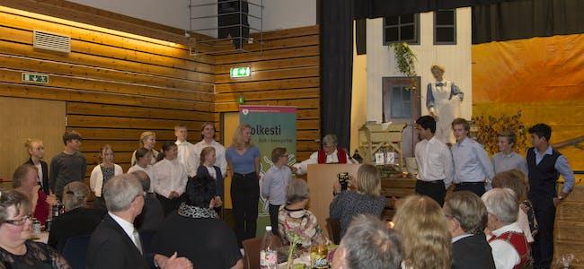 Ruth Fosse Eidsvåg i Einstadbøvoll helselag takkar 4H for flott servering under jubileumsfesten.