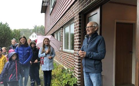 Det var ein glad og takksam 100-års jubilant, Jon Ludvig Berstad, som blei gratulert med dagen av elevane ved Auklandshamn skule, fredag morgon.